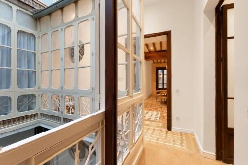 Korridor mit ursprünglichen Fenstern