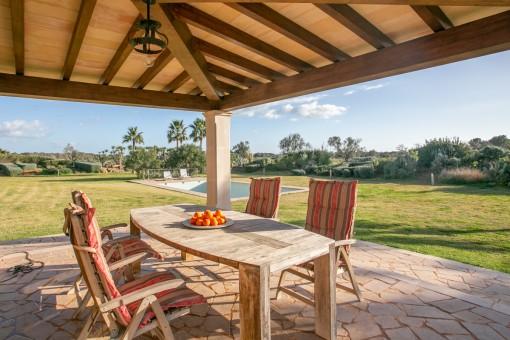 Überdachte Terrasse mit Gartenblick