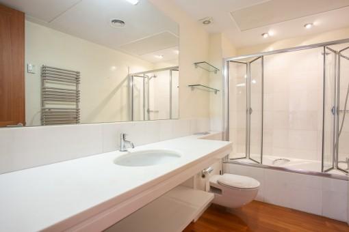 Hauptbadezimmer mit Badewanne