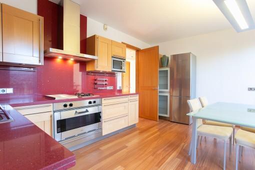 Voll ausgestattete Küche in Rot