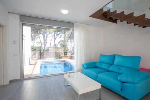 Loungebereich mit Zugang zum Poolbereich