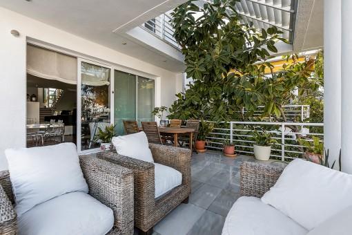 Schöne Terrasse mit Lounegbereich