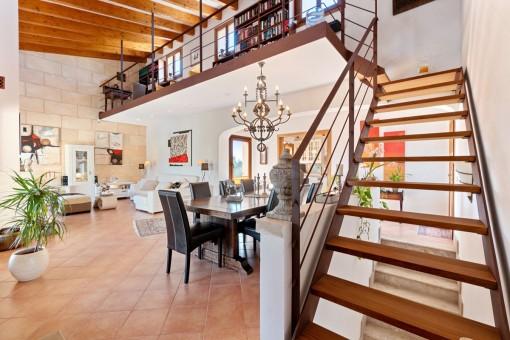 Offener Wohn- und Essbereich mit Galerie