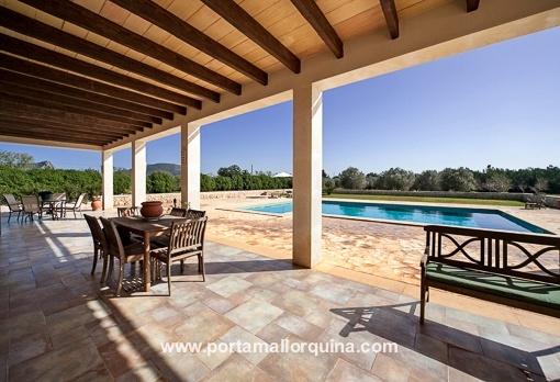 Überdachte Terrasse mit Zugang zum Swimming Pool