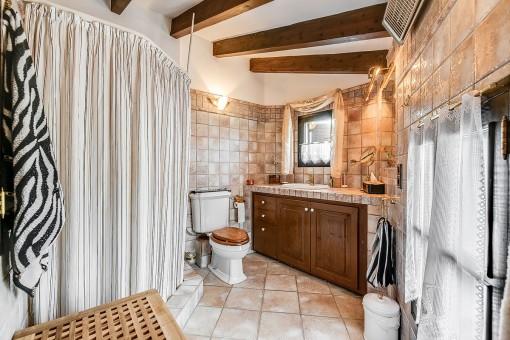 Badezimmer en Suite mit Holzbalken