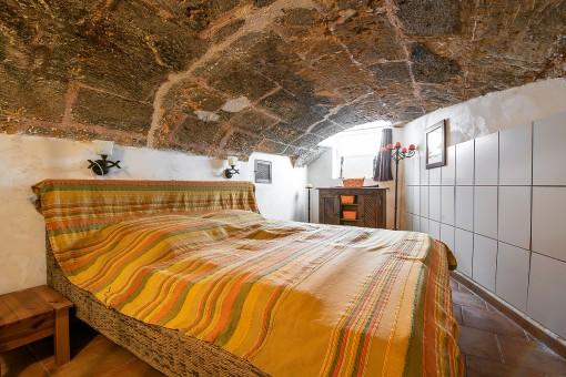 Schlafzimmer mit Steingewölbe-Decke
