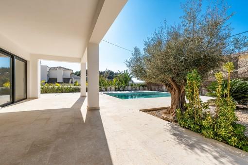 Mediterraner Terrassen- und Poolbereich