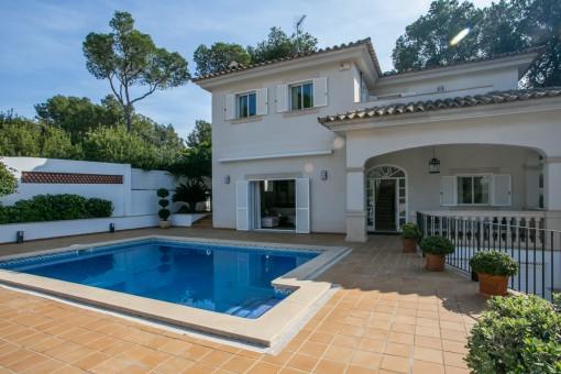 Möblierte Villa mit Pool, Garagenstellplatz und Glasfaser-Internetanschluss in bevorzugter und ruhiger Wohnlage in Bendinat