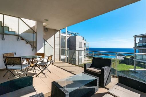 Überdachte Meerblick-Terrasse