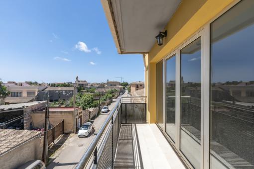 Modernes Stadthaus mit Patio und Dachterrasse in ruhiger Seitenstraße von Santanyí