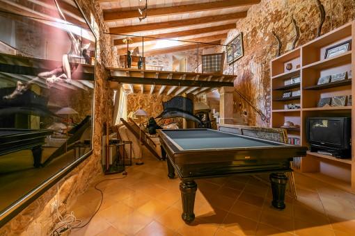 Rustikaler Raum mit Billardtisch