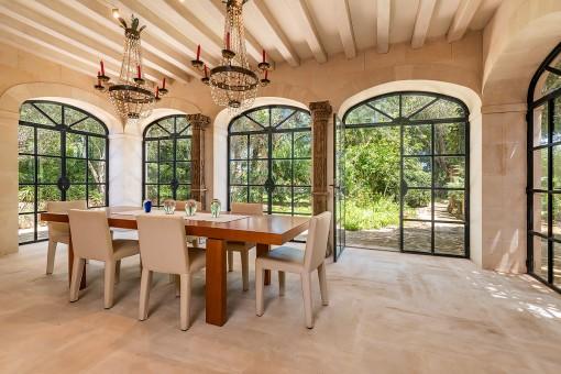 Heller Essbereich mit großen Fenstern