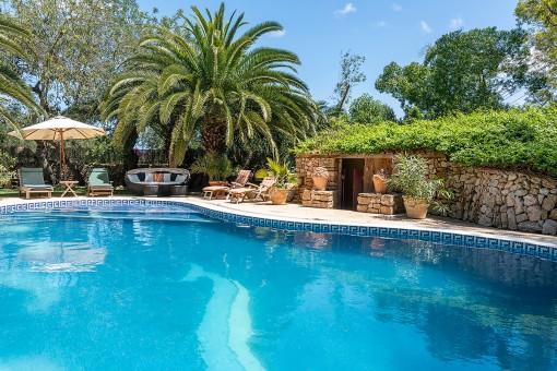 Pool und idyllische Sonnenterrasse