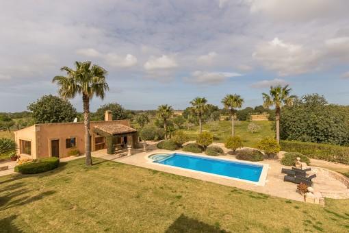 Poolbereich und Gästehaus