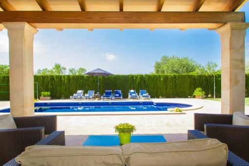 Loungebereich mit Poolblick