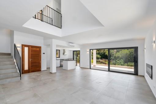 Moderner Wohn-, Küchen-, und Eingangsbereich