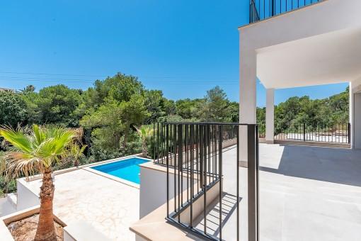 Terrasse mit Zugang zum Poolbereich