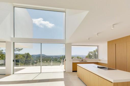 Lichtdurchfluteter Wohn- und Küchenbereich
