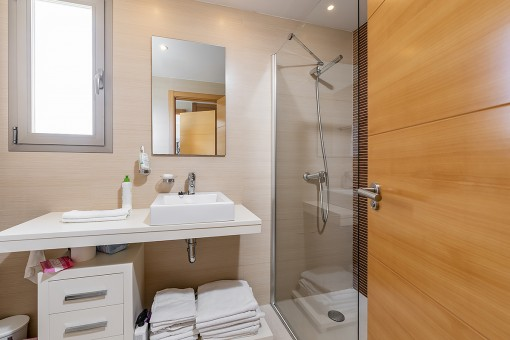 Eines von 2 modernen Badezimmern