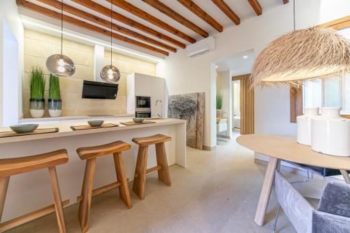 Geschmackvoll eingerichteter Küche- und Essbereich