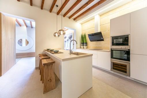 Moderne Küche neben dem Wohnbereich