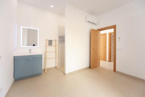 Schlafzimmer mit Dusche en Suite