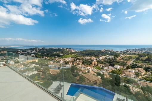 Poolbereich mit Ausblick der Neubauwohnung in Genova