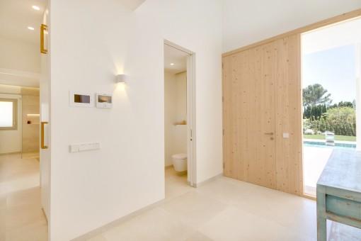 Einladender, moderner Eingangsbereich