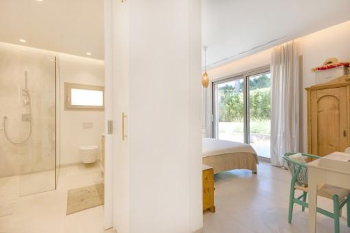 Modernes Badezimmer en Suiet