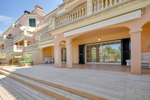 Stylische Erdgeschosswohnung mit Gartenanteil in Puig de Ros