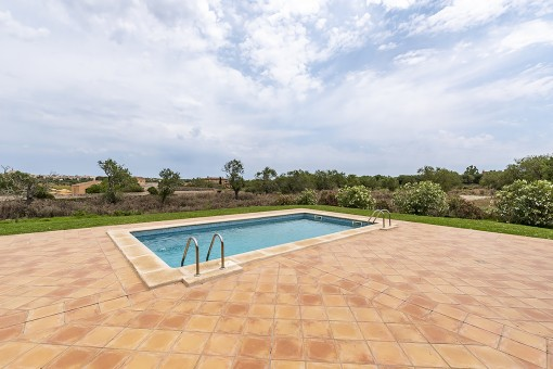 Poolbereich mit Blick auf Santanyi