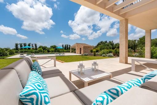 Schöner Loungebereich mit Gartenblick