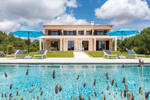 Elegante, hochwertige Natursteinfinca mit Weitblick auf die Insel Cabrera