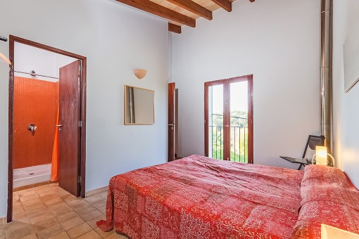Hautpschlafzimmer mit Doppelbett