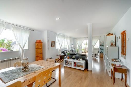 Stilvolles helles Apartment in modernem Mehrfamilienhaus mit Gemeinschaftspool in ruhiger Wohngegend nahe Strände in Bonanova