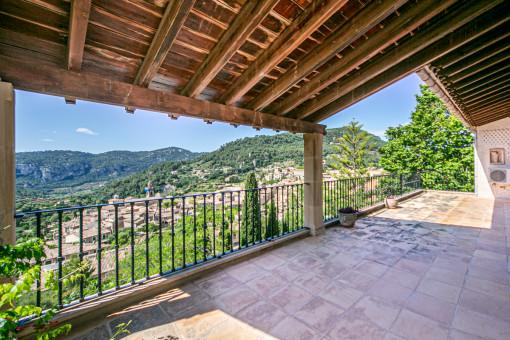 Große Terrasse mit Dorfblick