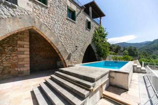 Pool mit teilweise überdachter Terrasse