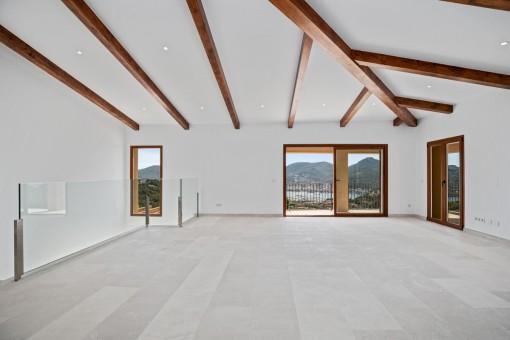 Lichtdurchflutete Galerie im Obergeschoss