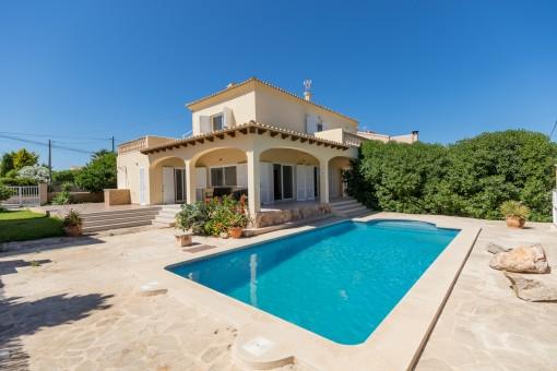 Mediterrane Villa mit Meerblick in ruhiger Lage von Cala Llombards