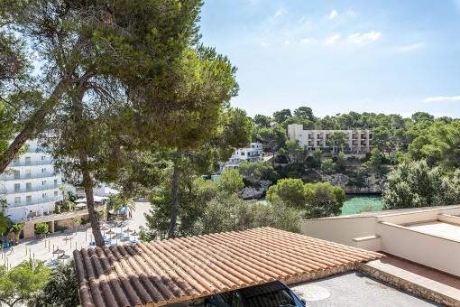 Investition - 6 Wohnungen in direkter Strandnähe Cala Santanyís zum Modernisieren