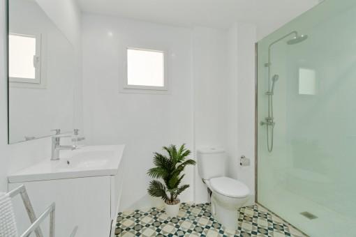 Modernes en Suite Badezimmer