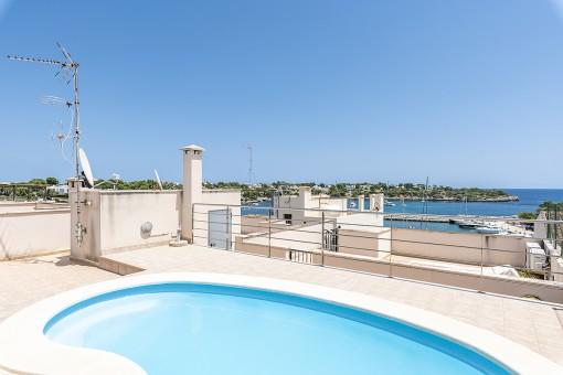 Gepflegte Wohnung mit Pool auf dem Dach<br /> und Meerblick, wenige Meter vom Hafen von Porto Petro