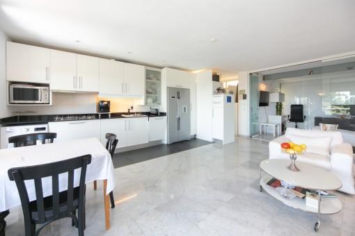 Offene gestalteter Wohn-/Essbereich mit Küche