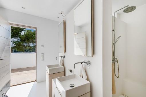 Badezimmer mit direkten Terrassenzugang