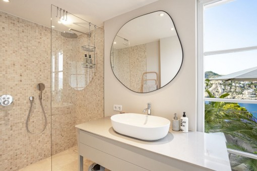 Nobles Badezimmer en Suite mit Ausblick
