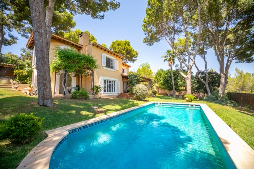 Romantische Familienvilla mit schön angelegten Garten und Pool in Bendinat
