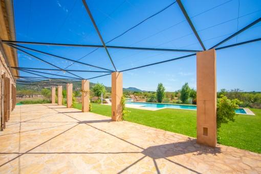 Garten- und Poolblick