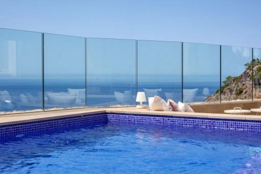 Pool und Meerblick