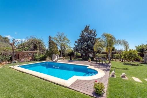 Schön angelegter Poolbereich