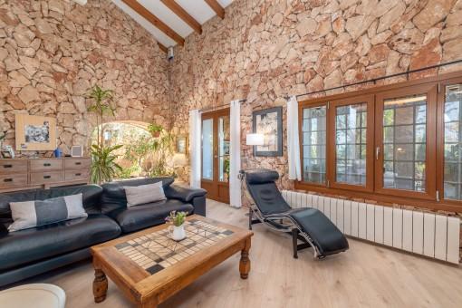 Wohnbereich mit Natursteinwand